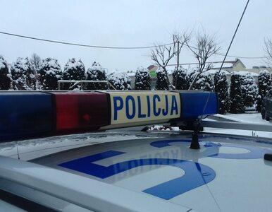 Niecodzienna interwencja policji. Mężczyzna zawisł na płocie… głową w dół