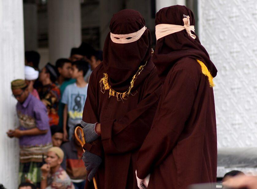 """Urzędnicy """"algojo"""" wykonujący karę chłosty w Banda Aceh"""