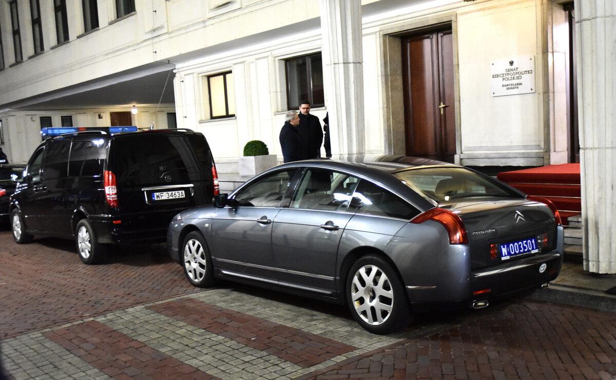 Citroen C6, którym odjechał z Pałacu Prezydenckiego Emmanuel Macron