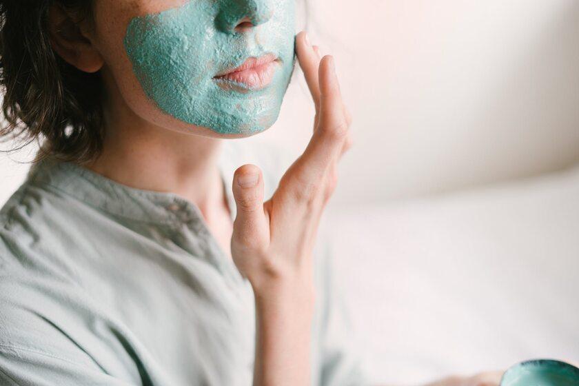 Kobieta z maseczką na twarzy