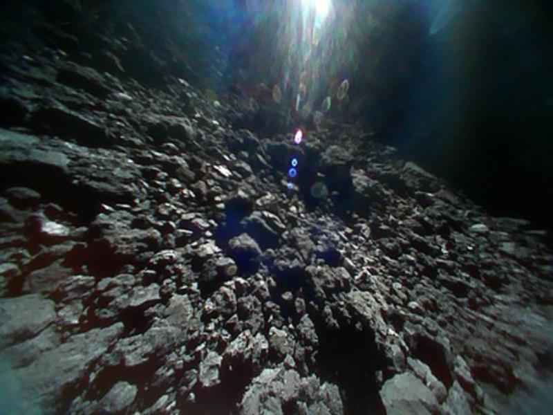 Powierzchnia Ryugu Zdjęcia wykonane zostały przez łaziki MINERVA-II1 21 września 2018 roku.