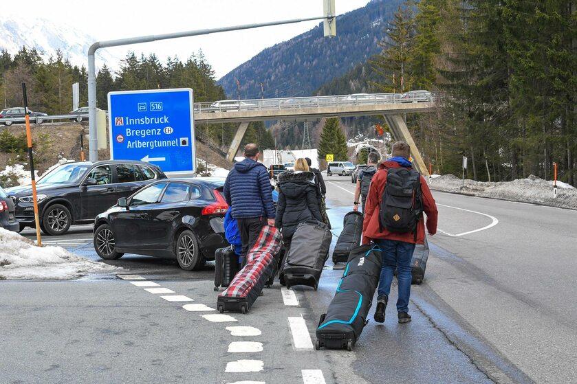 Turyści powracający z Tyrolu z powodu epidemii koronawirusa
