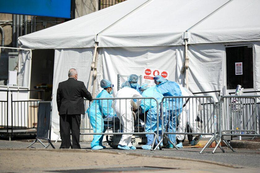 Namiot przed szpitalem w Nowym Jorku