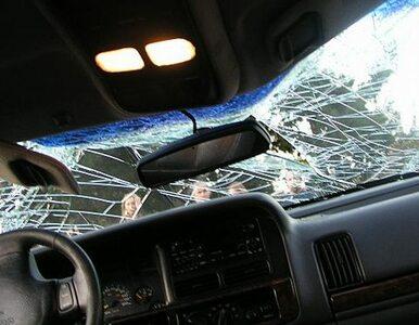Czołowe zderzenie osobówki z ciężarówką
