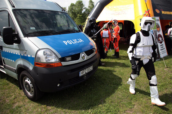 Czy policjanci w takich przebraniach byliby bardziej skuteczni? (fot. PAP/Tomasz Gzell)