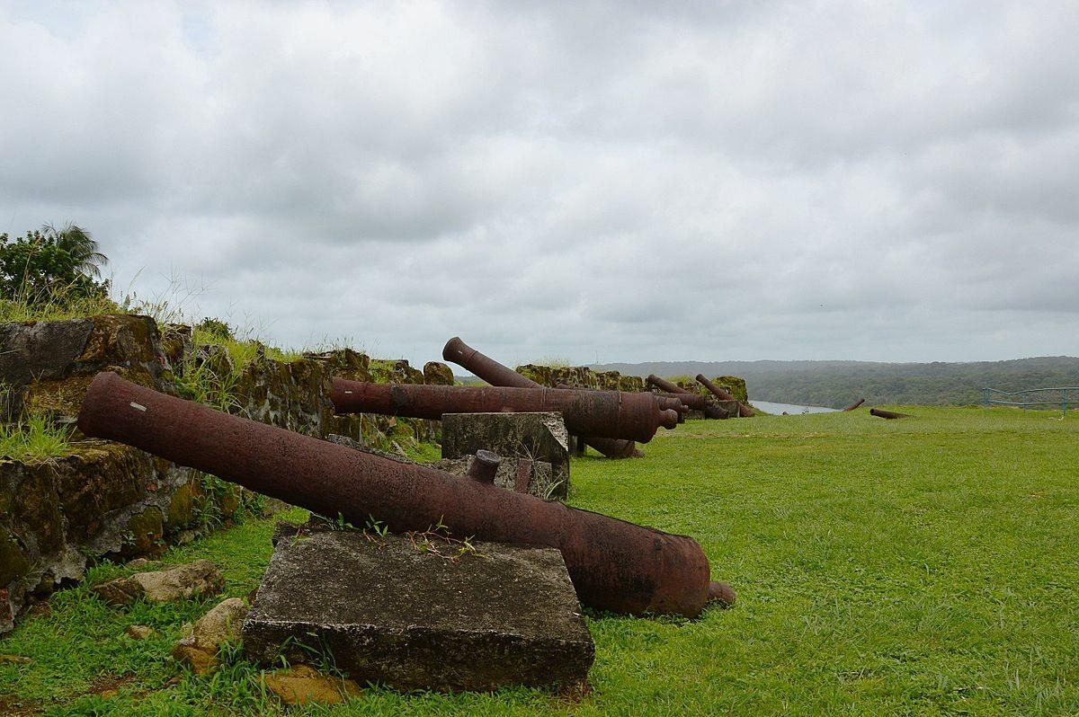 Fort San Lorenzo, Panama Wzniesiony przez hiszpańskich konkwistadorów fort służył jako miejsce ładowania skrzyń ze złotem na statki płynące do Europy. Miał odstraszać piratów, ale w XVIII wieku ze względu na zmianę szlaków handlowych popadł w zapomnienie.