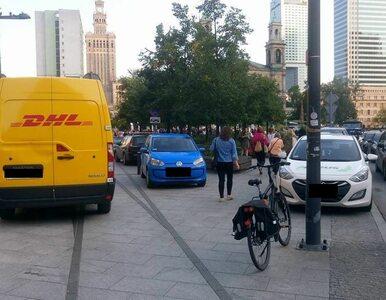 """""""Z limuzyny nie widać"""". Aktywiści pokazują Jakiemu, jak parkuje się w..."""