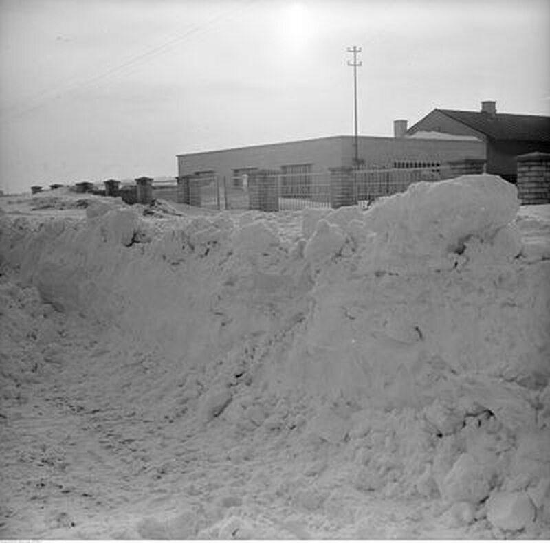 Hałdy śniegu przed zabudowaniami