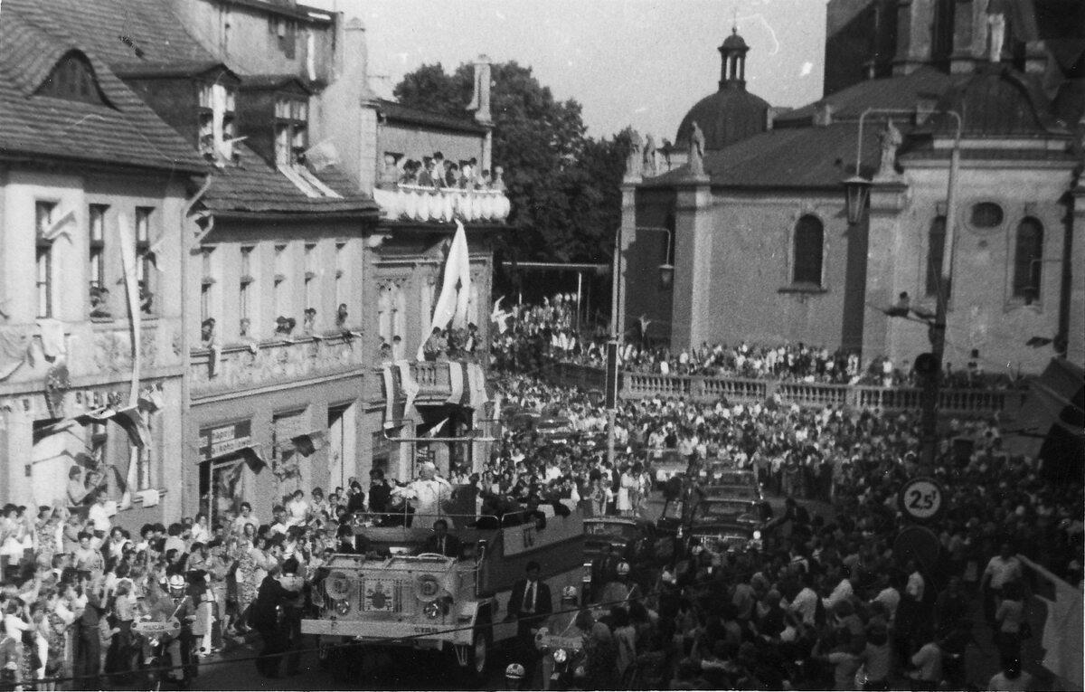 Jan Paweł II podczas pielgrzymki do Polski w 1979. Zdjęcie wykonane na ul. Tumskiej w Gnieźnie, widok w stronę katedry.