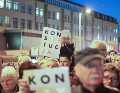 """Protesty w obronie niezależności sądownictwa. """"»Nie« łamaniu konstytucji"""""""