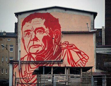 Czerwony Kaczyński w todze. Prezes PiS trafił na ścianę budynku w...