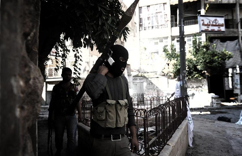 Uczestnik walk w Syrii z wyrzutnią rakiet