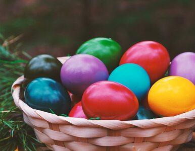 Zrezygnuj z chemii. Poznaj domowe sposoby barwienia jajek