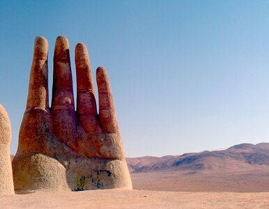 Ogromna dłoń na środku pustyni w Chile. Dwa razy w roku musi być myta