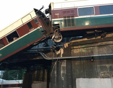 Pociąg pasażerski wykoleił się i spadł na autostradę. Ranni i zabici