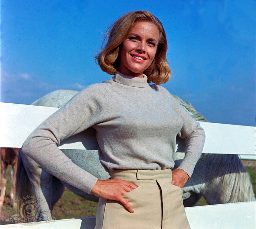 "Honor Blackman jako Pussy Galore w filmie ""Goldfinger"" (1964)"