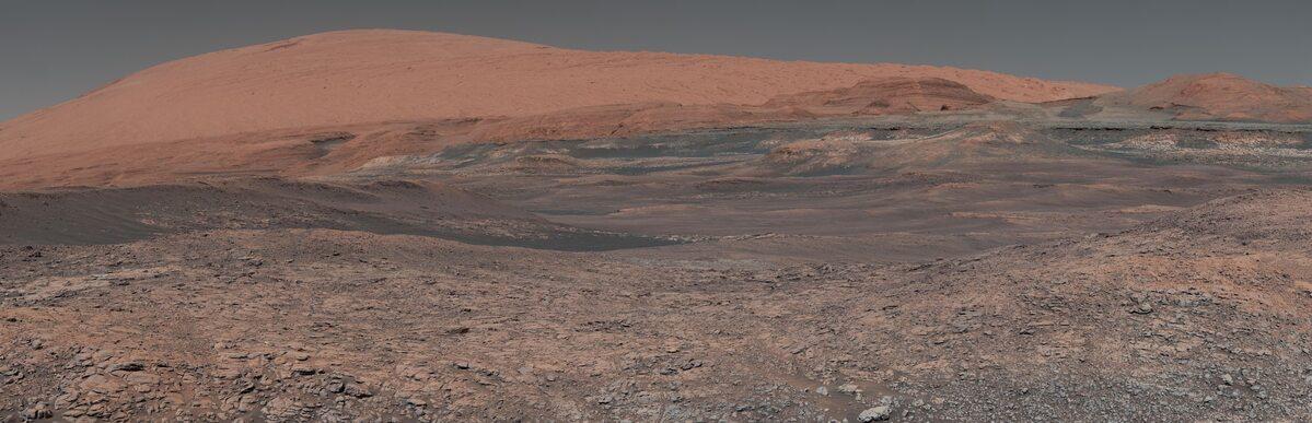 Panorama góry Sharp. Zdjęcie wykonane przez Curiosity
