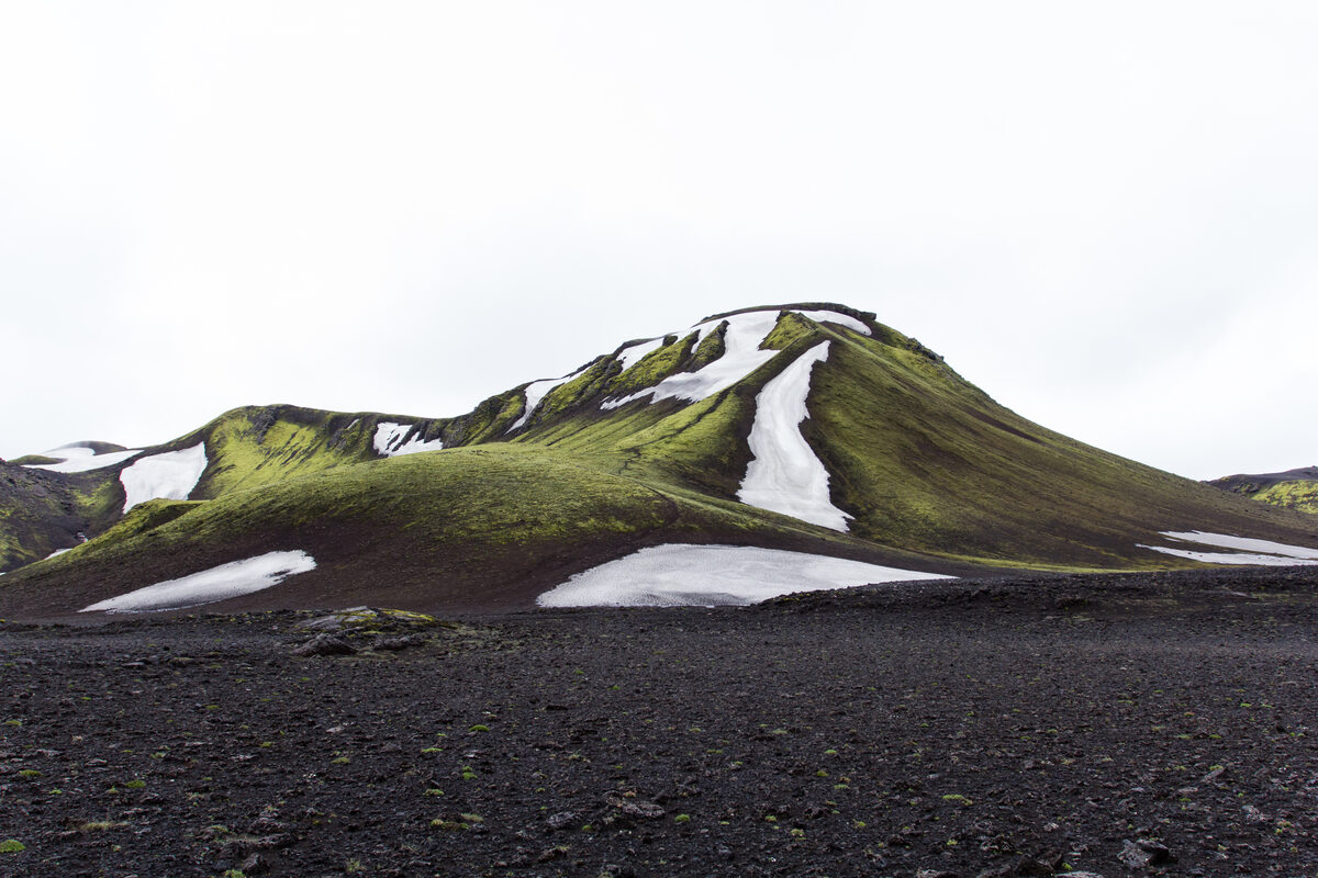 Islandia green mountain under white sky