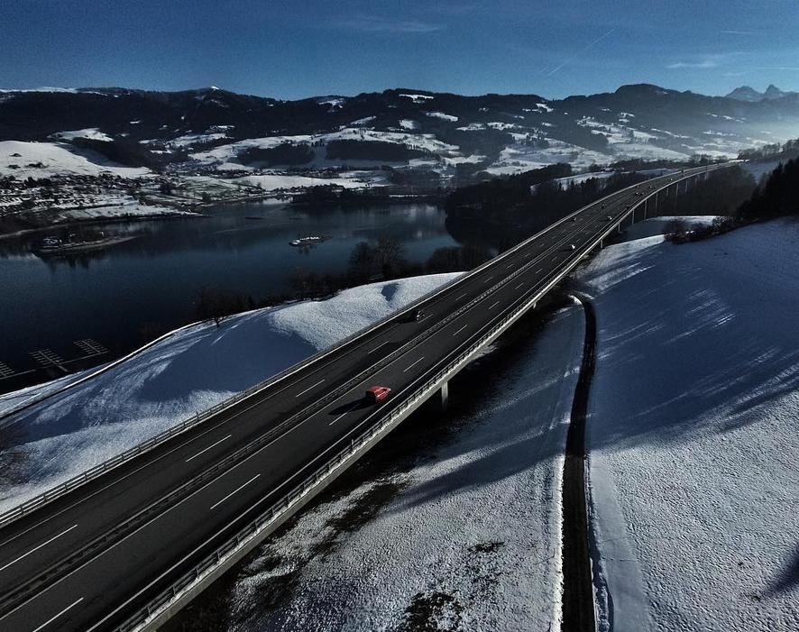 Zdjęcie drogi wykonane z drona