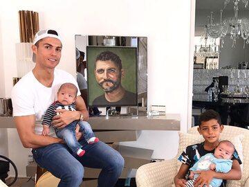Tak mieszka Cristiano Ronaldo. Klamki z inicjałami piłkarza, domowa...