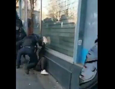 To nagranie wywołało burzę we Francji. Policjant bije leżącego na ziemi...