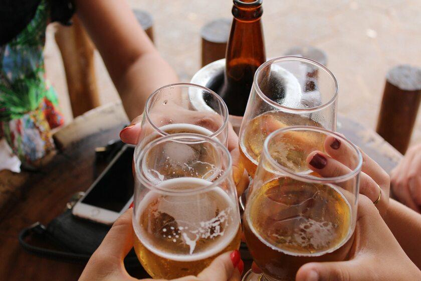 Spotkanie przy alkoholu, zdj. ilustracyjne