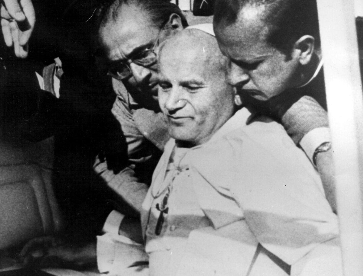 Papież Jan Paweł II tuz po zamachu 13 maja 1981 r.