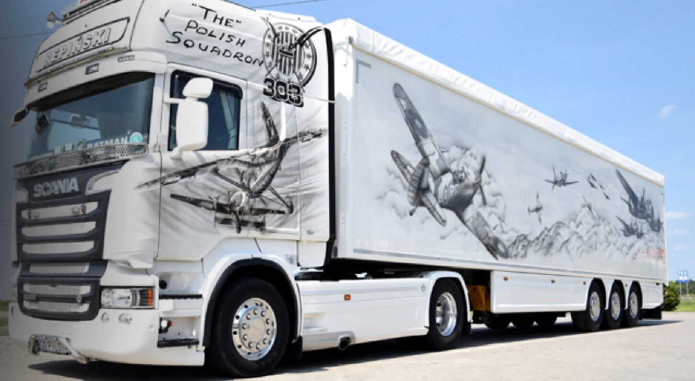 Ciężarówka z grafiką upamiętniającą Dywizjon 303