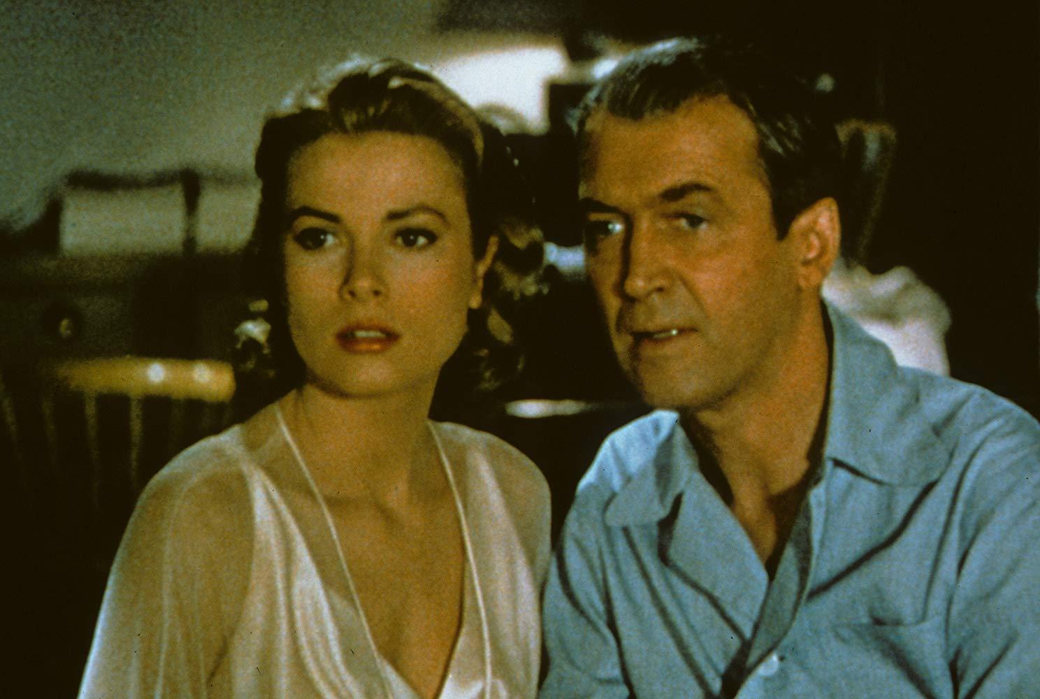 """Bohater filmu """"Okno na podwórze"""" Alfreda Hitchcocka obserwuje ze swojego mieszkania:"""