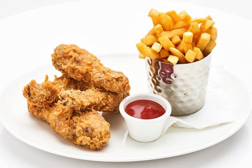Kurczak, frytki, zdj. ilustracyjne